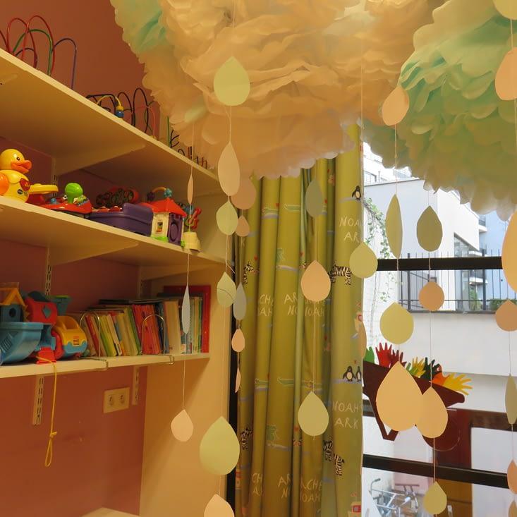 Etageres avec des livres et des jouets pour enfants