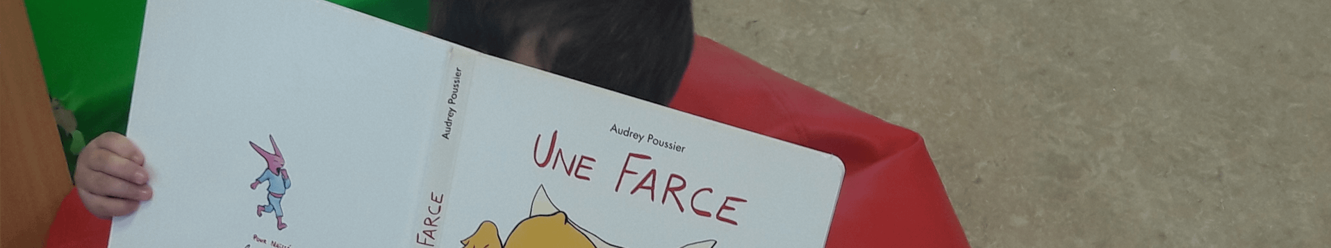 Enfant qui lit Une Farce d'Audrey Poussier
