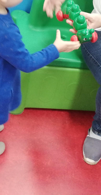 Une fille joue avec une puericultrice