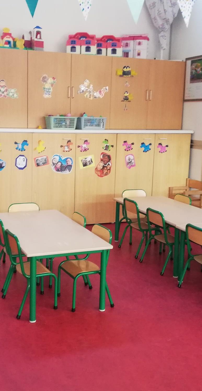 Chaises et tables dans une classe
